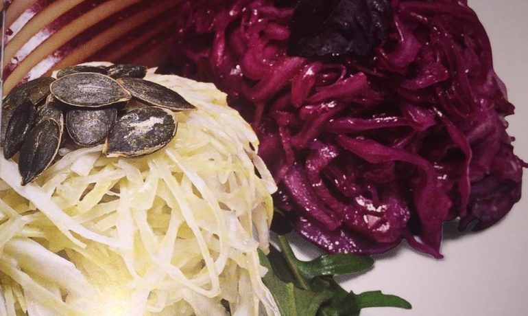 Салат из капусты с рукколой и яблоками от отелей Chenot
